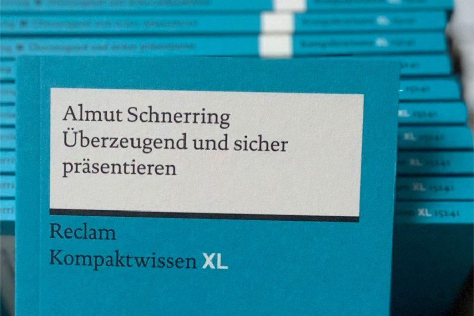 """Buchcover vom blauen Reclam-Band """"Überzeugend und sicher präsentieren"""""""